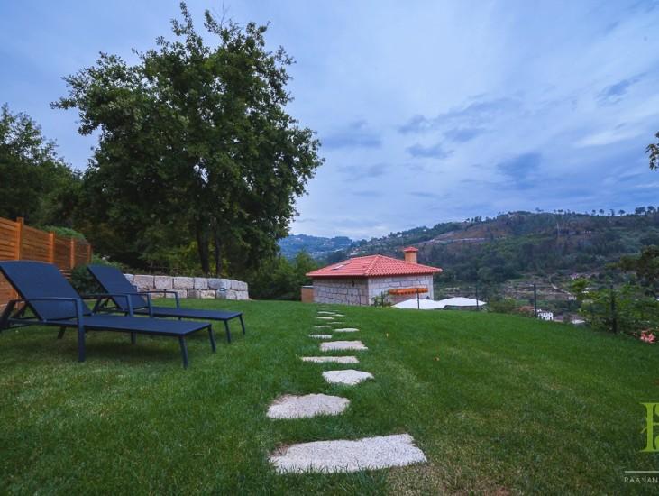 Casa da Eira - jardim e relvado, acesso à casa