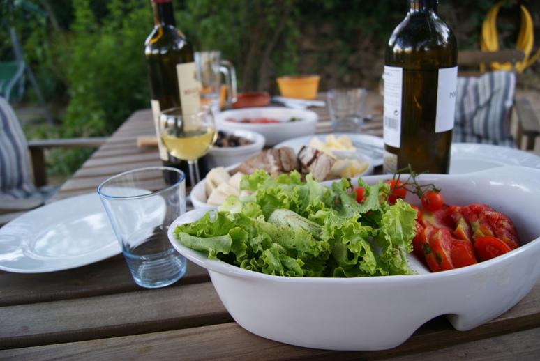 Vinho fresco e saladas ao serão....