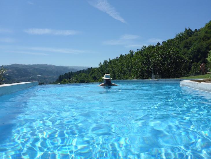 Su-na-piscina-Casa-do-Sobreiro-Quinta-da-Bouca-©-Viaje-Comigo